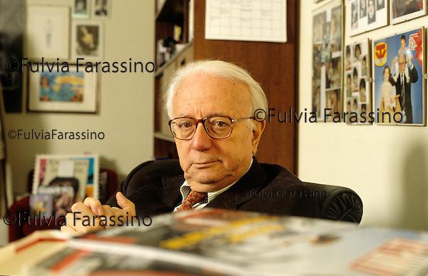 Milano 2004, Enzo Biagi fotografato nel suo studio sopra la libreria Rizzoli in Galleria.