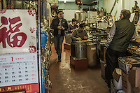 interno di negozio alimentare , fabbricazione biscotti <br /> food shop