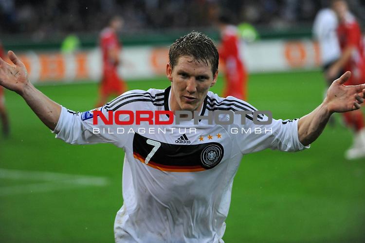 Fu&szlig;ball, L&auml;nderspiel, WM 2010 Qualifikation Gruppe 4 in M&ouml;nchengladbach ( Borussia Park ) <br />  Deutschland (GER) vs. Wales ( GB )<br /> <br /> Bastian Schweinsteiger ( Ger /  Bayern Muenchen #7) feuert kurz vor dem Tor noch einmal die Fans an<br /> <br /> Foto &copy; nph (  nordphoto  )<br />  *** Local Caption ***