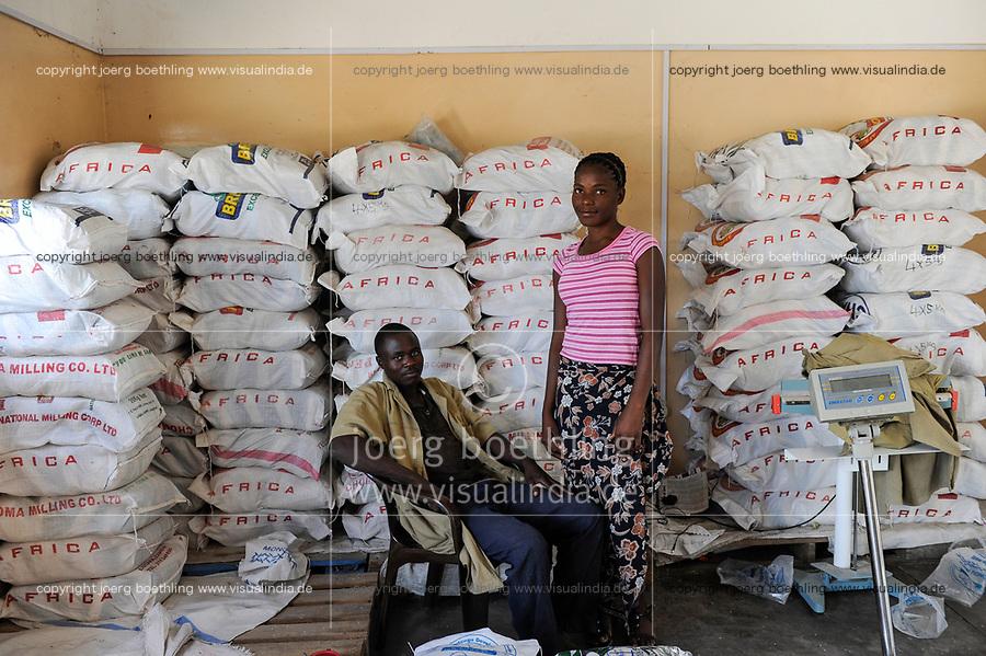 ZAMBIA Barotseland Mongu, farmers doing paddy farming in the flood plains, rice mill, selling of rice in bags / SAMBIA Barotseland , Stadt Mongu , in der Sambesi Flussebene wir Reis abgebaut, Reis Verkauf bei einer Reismuehle