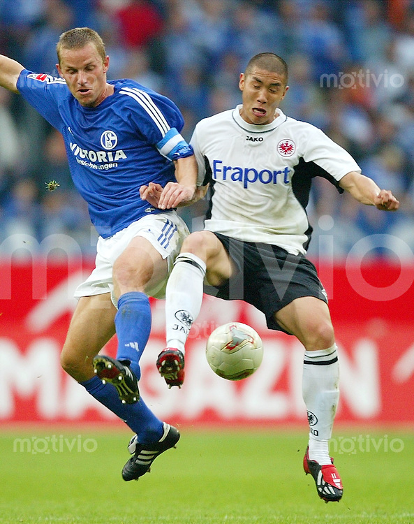 Fussball  1. Bundesliga Saison 2003/2004   7. Spieltag FC Schalke 04 - Eintracht Frankfurt 1:1     Tomasz WALDOCH (li, S04) gegen Du-Ri CHA (re, Frankfurt).