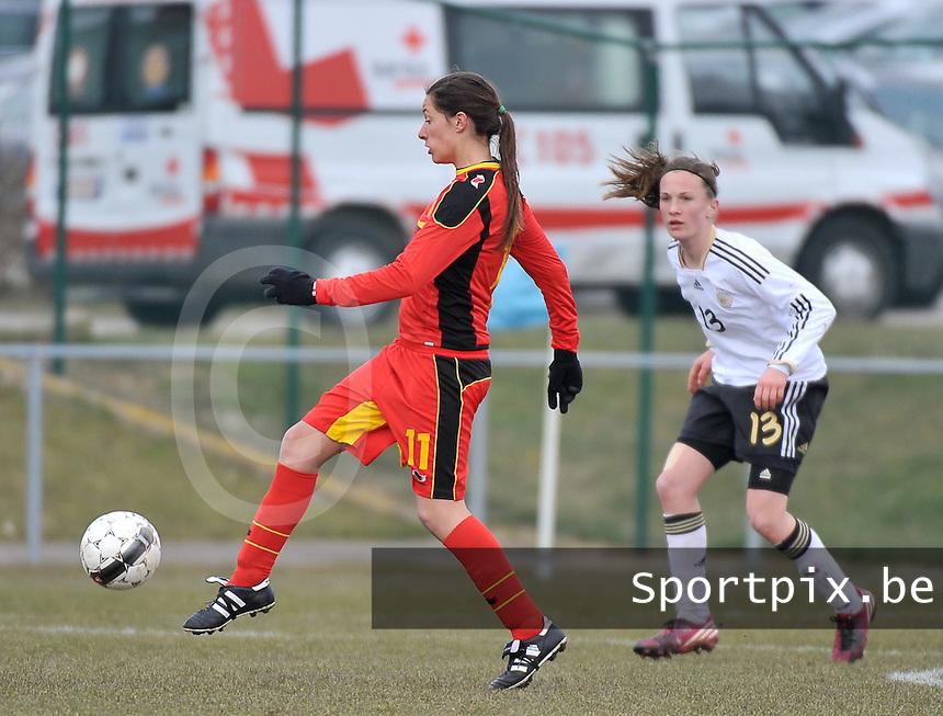 Belgie U17 - Duitsland U17 : .Shayna Raekelboom aan de bal voor Michaela Brandenburg.foto DAVID CATRY / Vrouwenteam.be