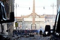 Roma, 14 Dicembre 2010.Via del Corso, Piazza del Popolo.Manifestazione contro la fiducia al governo Berlusconi, scontri con la polizia, incendi e barricate
