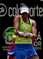 BOGOTÁ-COLOMBIA, 13-04-2019: Beatriz Haddad (BRA), devuelve la bola a Amanda Anisimova (USA), durante partido por la semifinal del Claro Colsanitas WTA, que se realiza en el Carmel Club en la ciudad de Bogotá. / Beatriz Haddad (BRA), returns the ball against Amanda Anisimova (USA), during a match for the semifinal of the WTA Claro Colsanitas, which takes place at Carmel Club in Bogota city. / Photo: VizzorImage / Luis Ramírez / Staff.
