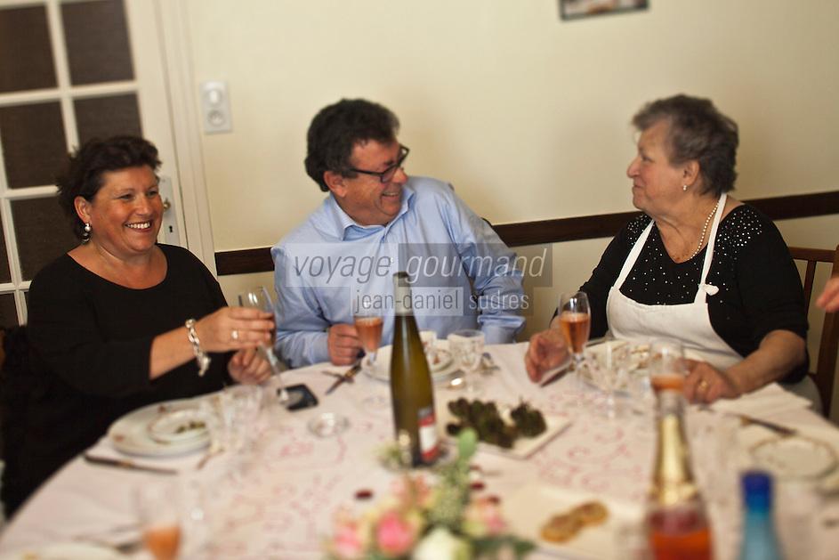 Europe/France/Aquitaine/40/Landes/Dax: Repas chez Madame Aimé, Boucherie: Maison Aimé, Christian Constant avec Madame Aimé et sa fille
