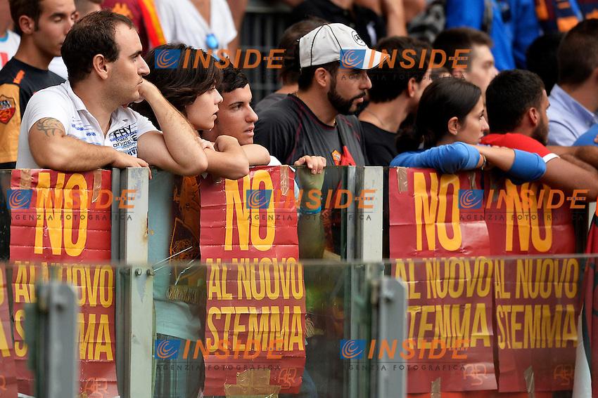 Cartelli contro il nuovo stemma della squadra <br /> Roma 21/8/2013 Stadio Olimpico<br /> Football Calcio <br /> AS Roma Open Day<br /> Foto Andrea Staccioli Insidefoto