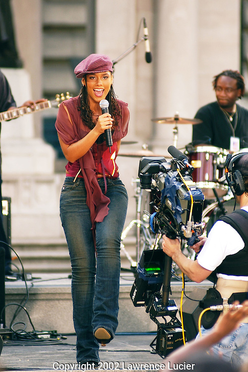 Recording artist Alicia Keys performs at Good Morning America's broadcast from Bryant Park May 31, 2002 in New York City.