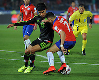 SANTIAGO- CHILE - 15-06-2015: Alexis Sanchez (Der) jugador de Chile, disputa el balón con Gerardo Florez (Izq) jugador de Mexico durante partido Chile y México, por la fase de grupos, Grupo A, de la Copa America Chile 2015, jugado en el estadio Nacional Julio Martinez la Ciudad de Santiago. / Alexis Sanchez (R) Player of Chile, fights for the ball with Gerardo Florez (L) Mexico player during the match between Chile and Mexico, for the group stage Group A of the Copa America 2015 Chile, played at the National Stadium Julio Martinez in Santiago City. Photos: VizzorImage / Alfredo Gutierrez / Cont.