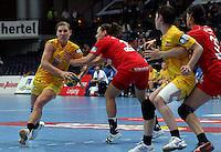Die Leipzigerinnen gewannen auch das zweite Spiel der Gruppenphase in der Champions League. Im Bild: Karolina Kudlacz (links) beim Angriffsversuch - Anne Mueller (2.v.r.) versucht eine ungarische Spielerin zu sperren. Foto: Ines Christ