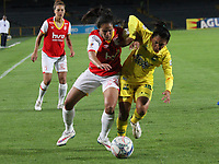 BOGOTA -COLOMBIA, 15-06-2017. Lady Andrade (L) palyer of Independiente Santa Fe womens fights the bal agaisnt  Nathalia Hernandez (R) player of  Atletico Bucaramanga womens  during match for semifinals Women´s  Aguila League I 2017 played at Nemesio Camacho El Campin stadium . Photo:VizzorImage / Felipe Caicedo  / Staff