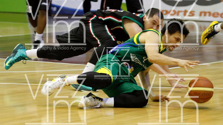 MANIZALES -COLOMBIA, 22-10-2013. Camilo Londoño (I) de Manizales Once Caldas va por un balón perdido con Rodrigo Caicedo (R) Bambuqueros de Neiva durante partido válido por la fecha 6 de la Liga DirecTV de Baloncesto 2013-II de Colombia jugado en el coliseo Jorge Arango de la ciudad de Manizales./  Camilo Londoño (L) of Manizales Once Caldas tries to block to Rodrigo Caicedo (R) of Bambuqueros de Neiva during match valid for the 6th date of the DirecTV Basketball League 2013-II in Colombia at Jorge Arango coliseum in Manizales. Photo:VizzorImage / Santiago Osorio / STR