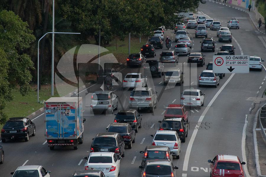 SÃO PAULO-SP-TRÂNSITO23 DE MAIO - O Motorista enfrenta lentidão na Avenida 23 de Maio sentido Ibirapuera.Região central da cidade de São Paulo, no final da tarde dessa Sexta-Feira,05(Foto:Kevin David/Brazil Photo Press)