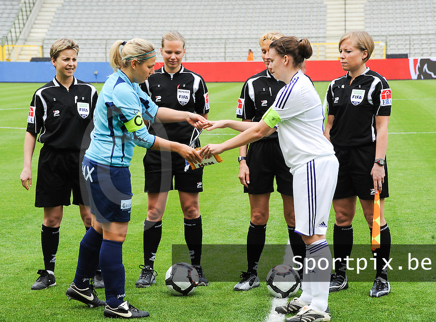 15 Mei 2010 Bekerfinale vrouwen : Sinaai Girls - RSC Anderlecht  : de scheidsrechters met Virginie Derouaux (links) ,  Claudine Brohet , Leen Martens en Anne Cheron (rechts) met Katrien Van Rooy (links) en Anneleen Segers.foto DAVID CATRY / Vrouwenteam.be