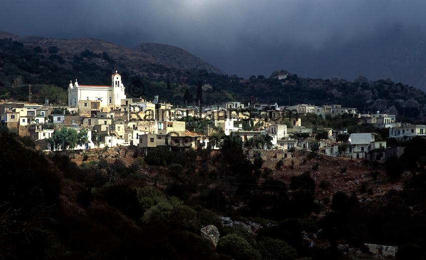 Griechenland, Kreta, Stavrohori: Gewitterstimmung ueber dem Bergdorf | Greece, Crete, Stavrohori: mystic mood at the mountain village