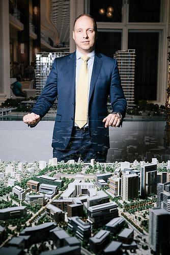 Nikola Nedeljkovic ist der Hauptgesch&auml;ftsf&uuml;hrer der Firma Eagle Hills in Serbien. Er sagt: &quot;Mit diesem Projekt kommt Belgrad wieder zur&uuml;ck ans Wasser, wo die Stadt hingeh&ouml;rt.&quot;<br /><br /> Mit einem Investitionsvolumen von 3,2 Mrd Euro ist das Projekt &quot;Belgrade Waterfront&quot; das umfassendste Immobilienvorhaben im ehemaligen Jugoslawien. Am Ufer der Save sollen Wohnt&uuml;rme, Shoppingzentren und Hotels der Luxusklasse entstehen. Die Firma Eagle Hills aus Abu Dhabi wil in der serbischen Hauptstadt einen neuen Stadttteil aus dem Boden stampfen. Anwohner und der Belgrader Bahnhof m&uuml;ssen f&uuml;r das Projekt umgesiedelt/verlegt werden.