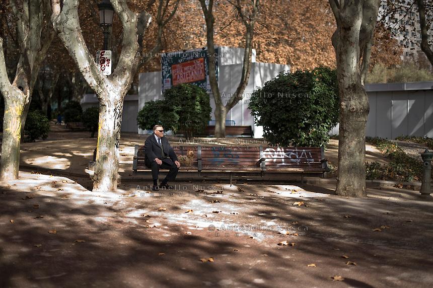 Un anziano signore in una panchina di un parco di Madrid. Gli anziani sono una delle categorie che più hanno risentito della crisi. Oltre all'aumento dei prezzi e alla scarsa disponibilità di denaro si sono ritrovati anche a far fronte al taglio alla sanità del governo Rajoy