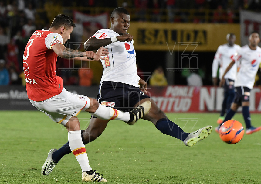 BOGOTÁ -COLOMBIA, 02-04-2017. Jose David Moya (Izq.) jugador de Santa Fe disputa el balón con Cristian Nazarit (Der.) jugador del Independiente Medellin durante el encuentro entre Independiente Santa Fe y Independiente Medellin por la fecha 11 de la Liga Aguila I 2017 jugado en el estadio Nemesio Camacho El Campin de la ciudad de Bogota. / Jose David Moya (L) player of Santa Fe struggles for the ball with Cristian Nazarit (R) player of Independiente Medellin during match between Independiente Santa Fe and Independiente Medellin for the date 11 of the Aguila League I 2017 played at the Nemesio Camacho El Campin Stadium in Bogota city. Photo: VizzorImage/ Gabriel Aponte / Staff