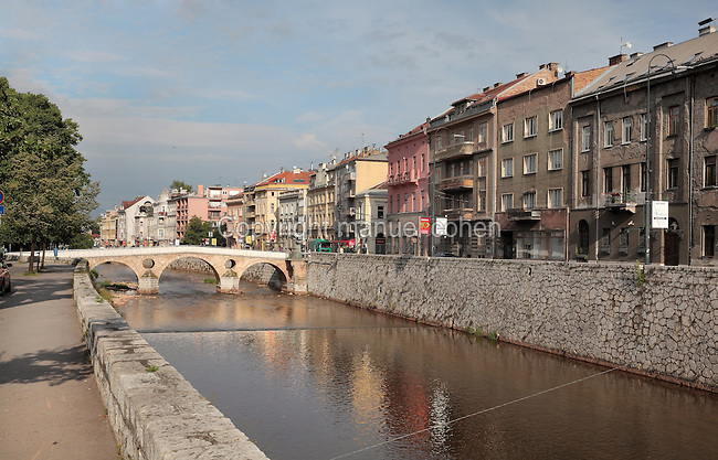 The Latin Bridge, originally a 16th century Ottoman bridge over the river Miljacka but rebuilt 1798-99, and in pink, the Museum of the Assassination of Franz Ferdinand, marking the spot where, on the 28th June 1914, Gavrilo Princip assassinated Archduke Franz Ferdinand and his wife Sofia, an act which led to the outbreak of the First World War, Stari Grad, Sarajevo, Bosnia and Herzegovina. The bridge is a National Monument. Picture by Manuel Cohen