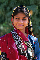 India, Rajasthan: Portrait of a young local woman in traditional dress | Indien, Rajasthan: Portrait einer jungen, einheimischen Frau in traditioneller Kleidung