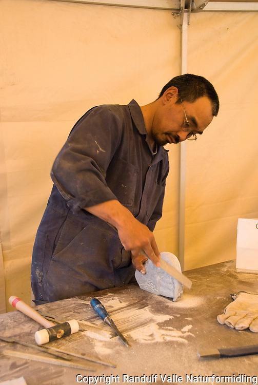 Obed Anoee fra Arviat lager steinskulpturer i Inuvik. ----- Obed Anoee from Arviat, carving in Inuvik.