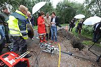 ALGEMEEN: LUXWOUDE: Hegedyk 58 Luxwoude, 18-07-2012, in het bijzijn van wethouder Coby van der Laan van de gemeente Heerenveen en wethouder Rob Jonkman van Opsterland werd glasvezel door het riool geblazen naar het nieuwe kantoor van Fryslân Ring, inblazen van glasvezel door het riool betreft een geheel nieuwe techniek, Michiel Regterschot van Jelcer Networks BV (rechts van beide wethouders) geeft uitleg, ©foto Martin de Jong