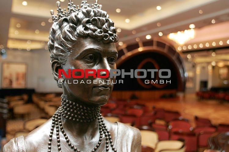 Queen Mary 2 in Hamburg<br /> Im Tanzsaal&quot;Queens Room&quot; steht eine BŁste der jungen Queen Mary, Namensgeberin des  Kreuzfahrtschiffes.<br /> <br /> <br /> Foto &copy; nordphoto / Volker Sarbach<br />  *** Local Caption *** Foto ist honorarpflichtig! zzgl. gesetzl. MwSt.<br />  Belegexemplar erforderlich<br /> Adresse: nordphoto<br /> Georg-Reinke-Strasse 1<br /> 49377 Vechta