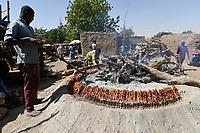 NIGER, village Namaro, meat barbecue at rural market , meat skewer / Markttag, Fleisch Grill Stand, Fleischspiesse