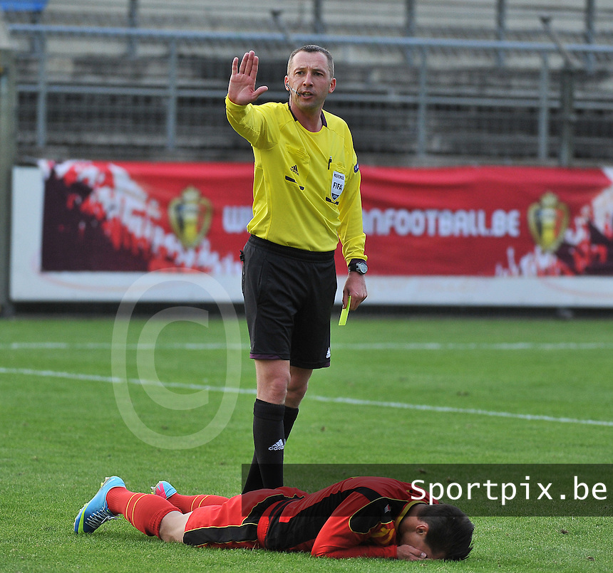 Belgium U19 - England U19 : Referee Emir Aleckovic giving Jordy Croux (lying down) the yellow card for simulating having an elbow from his opponent.foto DAVID CATRY / Nikonpro.be