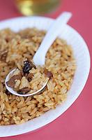 Iles Bahamas / New Providence et Paradise Island / Nassau: Peas'n rice plat national dans un retaurant de rue au Marché de Potter's Cay sous le pont de Paradise Island
