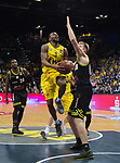 "13.04.2019, EWE Arena, Oldenburg, GER, easy Credit-BBL, EWE Baskets Oldenburg vs medi Bayreuth, im Bild<br /> auf zum Korb<br /> William""Will"" CUMMINGS (EWE Baskets Oldenburg #3 ) Eric MIKA (medi Bayreuth #0 )<br /> Foto © nordphoto / Rojahn"