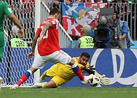 Fedor Smolov (Russland, Russia) gegen Torwart Abdullah Al-Mayoof (Saudi-Arabien) - 14.06.2018: Russland vs. Saudi Arabien, Eröffnungsspiel der WM2018, Luzhniki Stadium Moskau