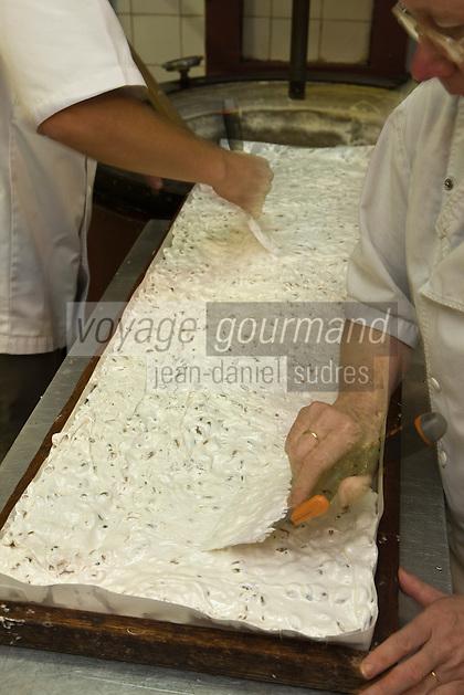 Europe/France/Rhône-Alpes/26/Drôme/Montélimar: Fabrication traditionnelle  du Nougat de Montélimar chez Eric Escobar - La pâte obtenue est ensuite versée dans des moules en bois tapissés de pain azyme, puis étalée pour réaliser de grandes plaques