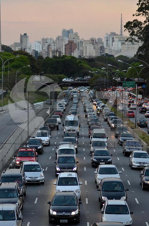 SAO PAULO, SP, 13 DE SETEMBRO DE 2013 – TRÂNSITO EM SÃO PAULO: Trânsito congestionado na Av. Pedro Álvares Cabral, próximo ao Parque do Ibirapuera, zona sul de São Paulo na tarde desta sexta feira. FOTO: LEVI BIANCO - BRAZIL PHOTO PRESS.