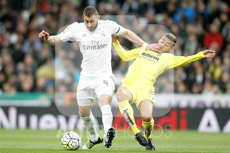 Real Madrid's Karim Benzema (l) and Villareal's Jonathan dos Santos during La Liga match. April 20,2016. (ALTERPHOTOS/Acero)