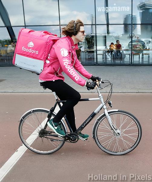Nederland Amsterdam - 2017. Bezorger van Foodora fietst achter Centraal Station.  . Foto Berlinda van Dam / Hollandse Hoogte