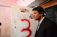 ATENÇÃO EDITOR: FOTO EMBARGADA PARA VEÍCULOS INTERNACIONAIS. SAO PAULO, 13 DE SETEMBRO DE 2012 - ELEICOES 2012 HADDAD - Candidato Fernando Haddad durante visita a ocupacao de edificio na Avenida Prestes Maia por integrantes de movimentos de luta por moradia, na regiao central da capital, no inici da tarde desta quinta feira. FOTO: ALEXANDRE MOREIRA - BRAZIL PHOTO PRESS