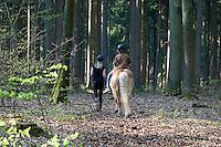 Ausritt im Wald, Kinder reiten mit Haflinger Pony durch den Wald, Schwester führt ihren jüngeren Bruder, Ausreiten