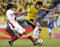 BARRANQUILLA - COLOMBIA - 11 -06-2013: Radamel Falcao Garcia (Der.) jugador de Colombia, disputa el balón con Edwin Retamozo (Izq.) del Peru, durante partido en el estadio Metropolitano Roberto Melendez de la ciudad de Barranquilla, junio 11 de 2013. Colombia y Peru disputan partido en la fecha 14 de la jornada clasificatoria a la Copa Mundo FIFA Brasil 2014. (Foto: VizzorImage / Luis Ramirez / Staff). Radamel Falcao Garcia (R) player from Colombia, fights for the ball with Edwin Retamozo (L) of Peru, during a game in the Metropolitan stadium Roberto Melendez in Barranquilla, June 11, 2013. Colombia and Peru disputing a match on the date 14 of the qualifying for FIFA World Cup Brazil 2014. (Photo: VizzorImage / Luis Ramirez / Staff.)
