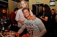 SÃO PAULO, 22 DE MARÇO 2013 - SHOW LUIZ MELODIA - O atleta paraolímpico Fernando Fernandes  com sua mãe Fernanda prestigiaram  ao show de Luiz Melodia na noite desta sexta-feira(22) no Tom Jazz  FOTO: LOLA OLIVEIRA/BRAZIL PHOTO PRESS