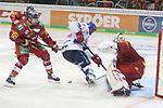 Mannheims AndrewDesjardins (Nr.84)  scheitert an Duesseldorfs Goalie Mathias Niederberger (Nr.35)  beim Spiel in der DEL, Duesseldorfer EG (rot) - Adler Mannheim (weiss).<br /> <br /> Foto © PIX-Sportfotos *** Foto ist honorarpflichtig! *** Auf Anfrage in hoeherer Qualitaet/Aufloesung. Belegexemplar erbeten. Veroeffentlichung ausschliesslich fuer journalistisch-publizistische Zwecke. For editorial use only.