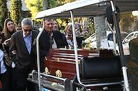 SAO PAULO, SP, 04 DE JUNHO DE 2013 -  ENTERRO DENTISTA - Enterro do dentista Alexandre Peçanha Gaddy, 41 anos, no cemitério Gethsêmani, no Morumbi em São Paulo, SP, na tarde desta terça-feira (4). Alexandre foi queimado por criminosos durante suposta tentativa de assalto no consultório dele, em São José dos Campos, no último dia 27. FOTO: MAURICIO CAMARGO / BRAZIL PHOTO PRESS.