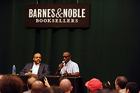 Wesley Snipes signiert mit Co-Autor Ray Norman seinen Roman 'Talon of God' bei Barnes & Noble Tribeca. New York, 25.07.2017