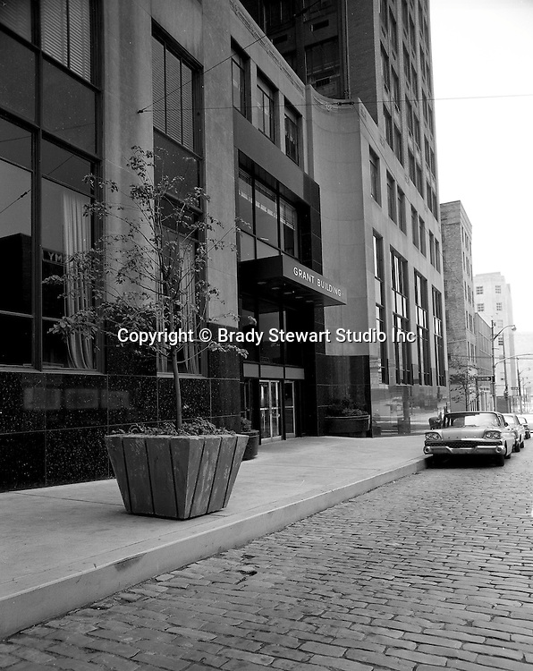 Pittsburgh PA:  A view of the exterior of the Grant Building - 1968