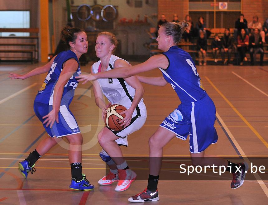 Tulikivi Deerlijk - Blue Cats Ieper : Silke Storme probeert door de defensie van Ieper te raken met Marieke Versavel (links) en Celine Lemmens (rechts)<br /> foto VDB / Bart Vandenbroucke
