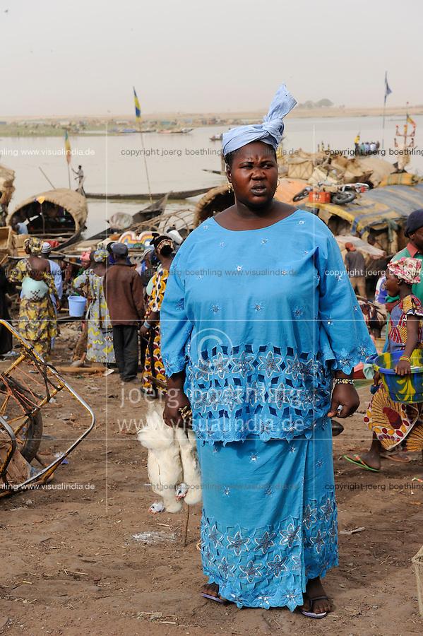 Westafrika Mali Fluss Niger bei Mopti , Markttag und Warenhandel im Hafen mit Pinassen, Frau mit Huehnern / MALI market day at river Niger in Mopti, women with chicken