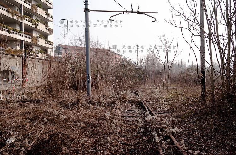 Milano, periferia nord. Ex scalo merci ferroviario Farini. Rotaie, binari in disuso --- Milan, north periphery. Rail yard Farini. Abandoned tracks