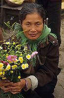 Asie/Vietnam/Hanoi: marché à Nhu Quynh marchande de fleurs