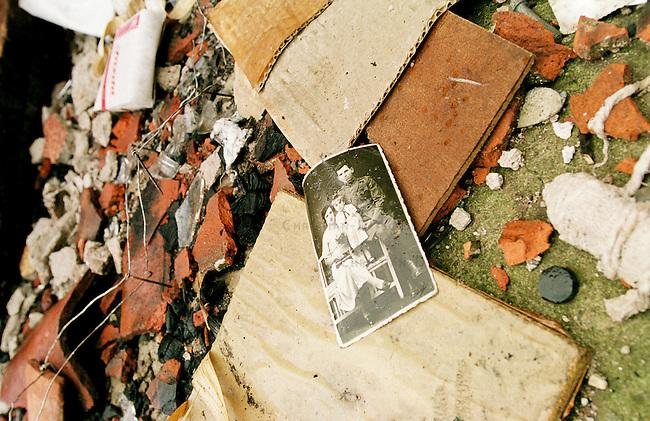 Familienfoto in einem von Kosovo-Albanern aus Rache niedergebrannten Haus einer serbischen Familie in Prizren. Die meissten niedergebrannten Haeuser in Prizren wurden von Kosovo-Albanern nach dem Einmarsch der KFOR angezuendet. In weiten Teilen des Kosovo verhaelt es sich genau umgekehrt.<br /> Prizren/Jugoslawien, 30.7.1999<br /> Copyright: Christian-Ditsch.de<br /> [Inhaltsveraendernde Manipulation des Fotos nur nach ausdruecklicher Genehmigung des Fotografen. Vereinbarungen ueber Abtretung von Persoenlichkeitsrechten/Model Release der abgebildeten Person/Personen liegen nicht vor. NO MODEL RELEASE! Don't publish without copyright Christian-Ditsch.de, Veroeffentlichung nur mit Fotografennennung, sowie gegen Honorar, MwSt. und Beleg. Konto: I N G - D i B a, IBAN DE58500105175400192269, BIC INGDDEFFXXX, Kontakt: post@christian-ditsch.de<br /> Urhebervermerk wird gemaess Paragraph 13 UHG verlangt.]