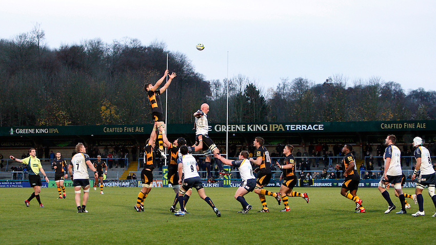 Photo: Richard Lane/Richard Lane Photography. London Wasps v Worcester Warriors. LV= Cup. 18/11/2012. Wasps' Sam Jones reaches for a lineout.