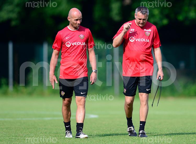 Fussball, 2. Bundesliga, Saison 2013/14, SG Dynamo Dresden, Trainingsauftakt, Donnerstag (20.06.2013).  Dresdens Trainer Peter Pacult (re.) und Co Trainer Nico Daebritz.